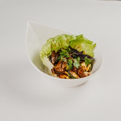 Теплый салат с говядиной и хумусом