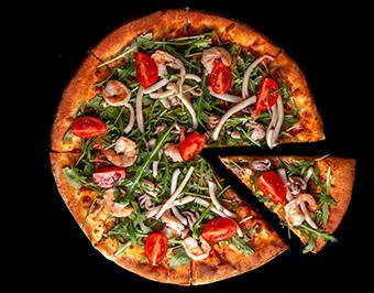 Пицца с рукколой и морепродуктами